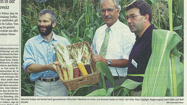 Hans Oppliger, Regierungsrat Josef Keller und Rolf Künzler feiern im 2000 die Aufnahme des Rheintaler Ribelmais als Schweizer Produkt AOP